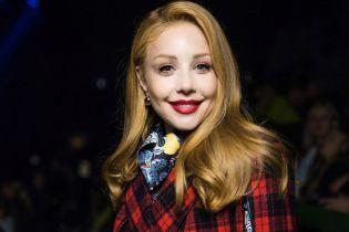 Как всегда, стильная: Тина Кароль примерила клетчатое пальто от украинского дизайнера