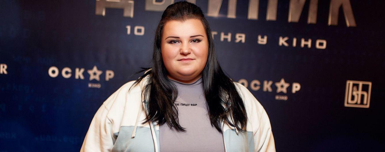 """Зірки на прем'єрі """"Двійника"""": alyona alyona у спортивній кофті і з макіяжем, Логунова з підрослою донькою"""