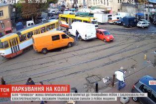 Одесситка припарковала авто на трамвайных путях и прославилась на всю Украину