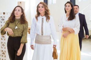 В белом асимметричном платье и с локонами: женственный образ королевы Рании