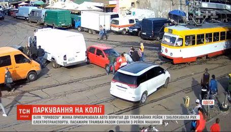 Водитель в Одессе заблокировала движение электротранспорта: люди 7 раз перетаскивали ее авто