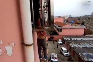 В Китае мальчик выпал из окна 4-го этажа, но застрял головой в защитных колодках