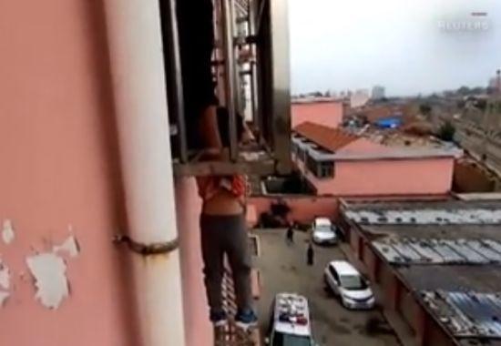 У Китаї хлопчик випав з вікна 4-го поверху, але застряг головою у захисних колодках