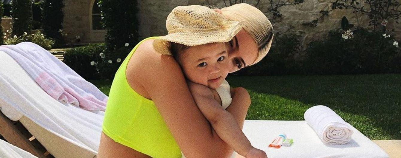 В объятиях дочери: Кайли Дженнер поделилась снимками с отдыха