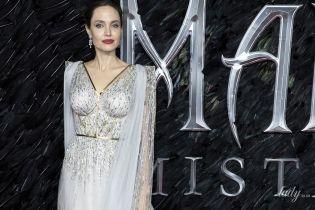 """В вечернем луке и с детьми: Анджелина Джоли на лондонской премьере """"Малефисенты"""""""