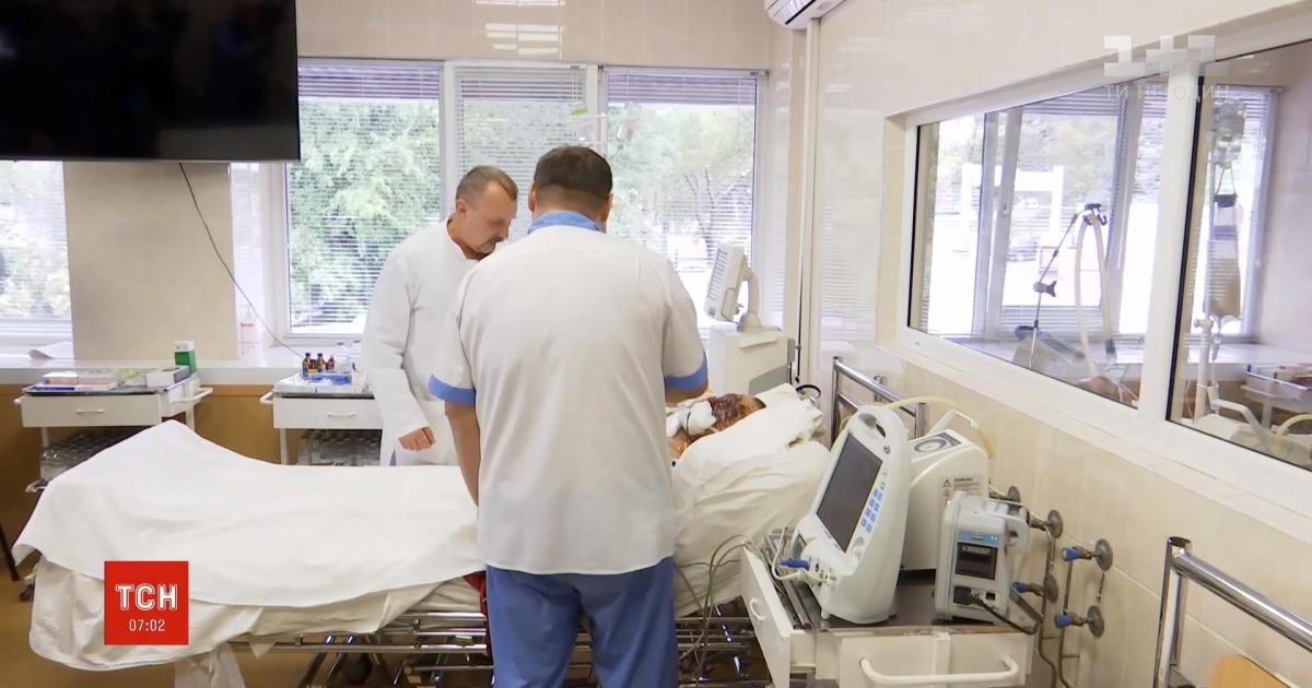 Перелами черепа та опіки: у Дніпрі медики рятують життя 25-річного бійця з Нікополя