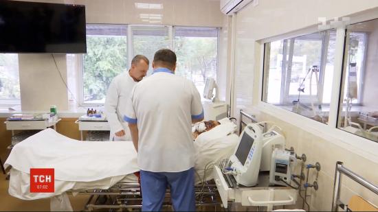 Важка мінно-вибухова травма й дві зупинки серця: у Дніпрі лікарі борються за життя бійця ЗСУ