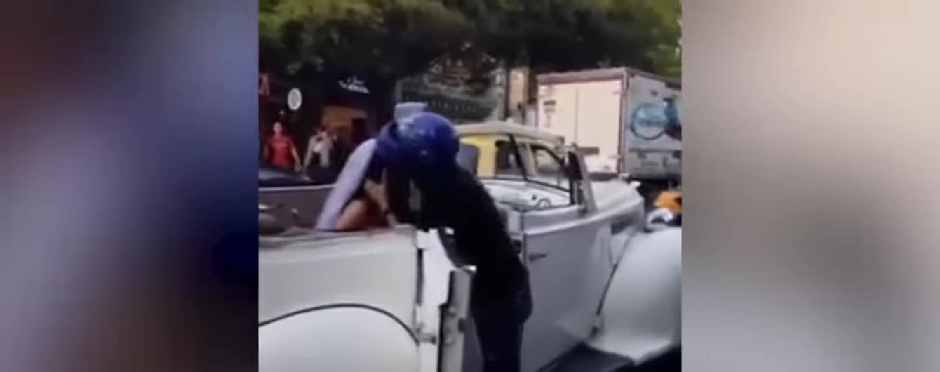 У Колумбії зняли спробу нахабного ексбойфренда зірвати весілля поцілунком