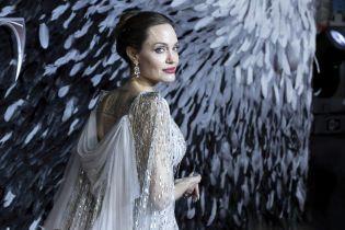 Роскошная Анджелина Джоли в платье диснеевской принцессы восхитила публику