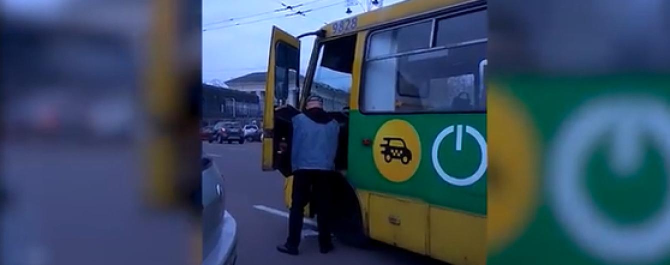 Возле вокзала в Киеве сняли, как маршрутчик мочится на собственный автобус посреди дороги