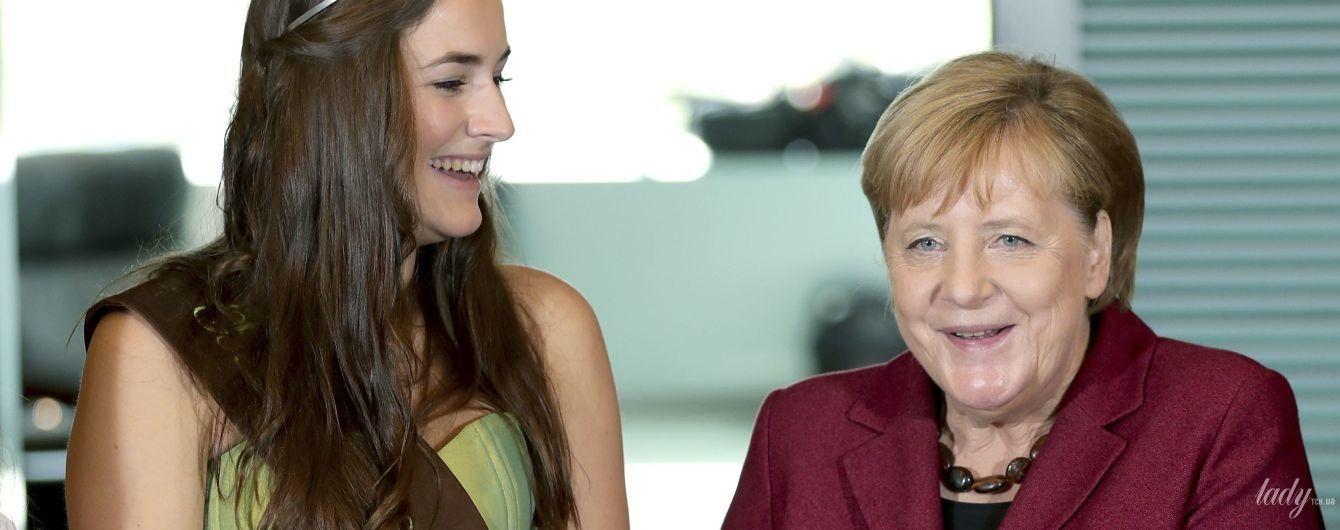 У винному жакеті і з кошиком яблук: Ангела Меркель в канцелярії в Берліні