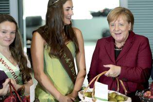 В винном жакете и с корзиной яблок: Ангела Меркель в канцелярии в Берлине