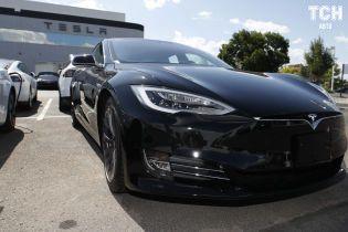 Камера Tesla спасла водителя от фантастических выплат наглому байкеру. Видео