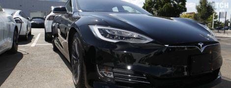 Камера Tesla врятувала водія від фантастичних виплат зухвалому байкеру. Відео