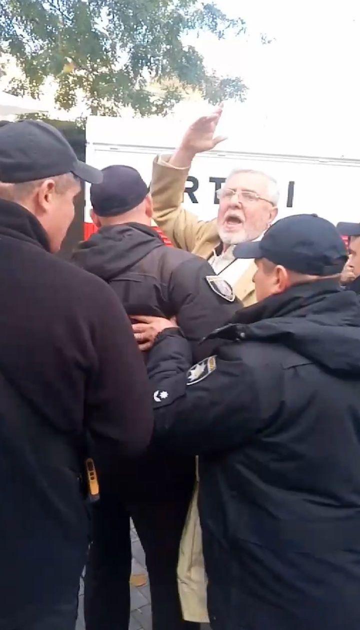 Мужчину задержалаполиция на пресс-марафоне Зеленского