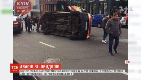 У Києві на перехресті перекинулася машина швидкої допомоги