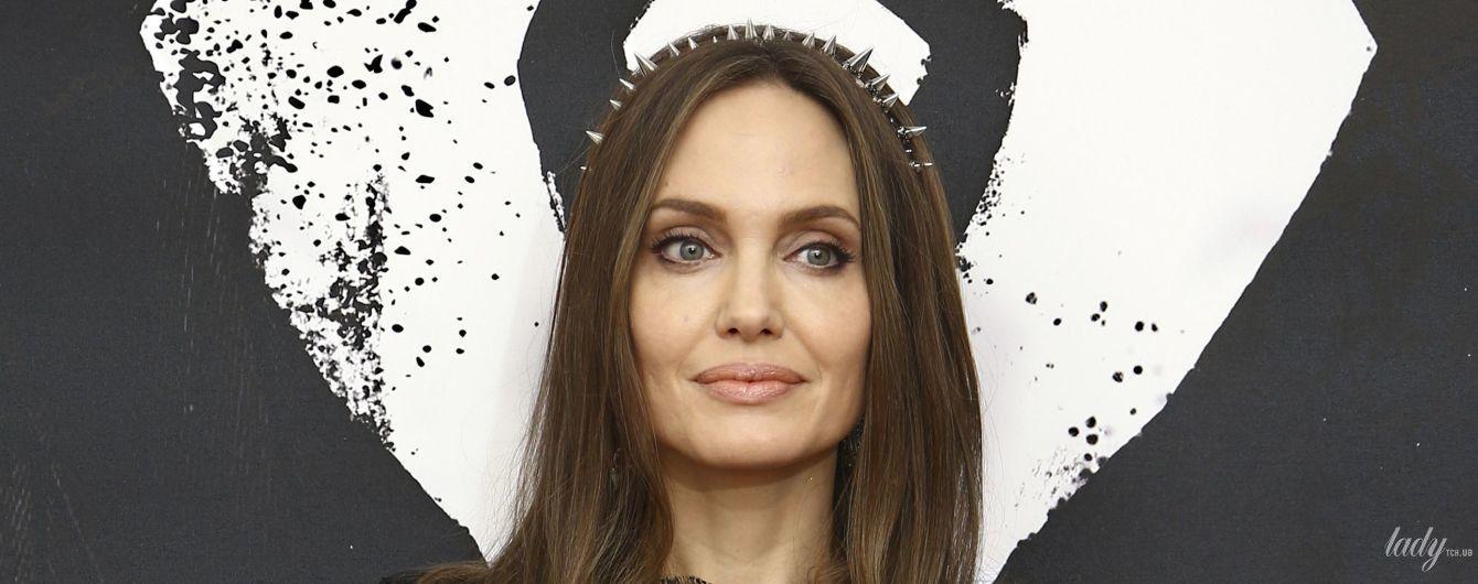 Просто вау: Анджелина Джоли в платье с кружевом позировала на фотоколле в Лондоне
