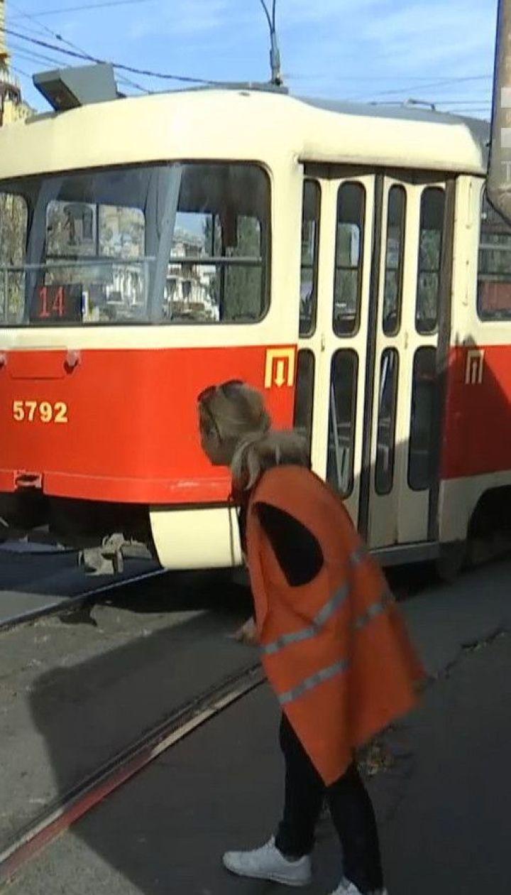 Столичний Поділ паралізувало через легкове авто, залишене на трамвайній колії