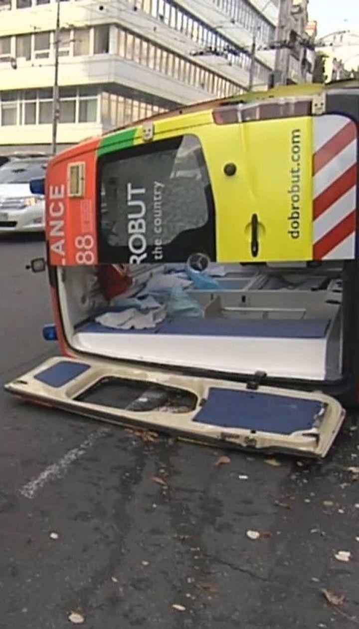 Дві людини постраждали внаслідок зіткнення швидкої і легковика в центрі Києва