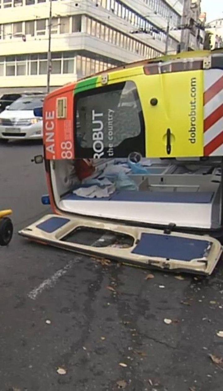 Два человека пострадали в результате столкновения скорой и легковушки в центре Киева