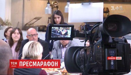 Можливості поставити своє запитання Зеленському чекають ще близько півсотні журналістів