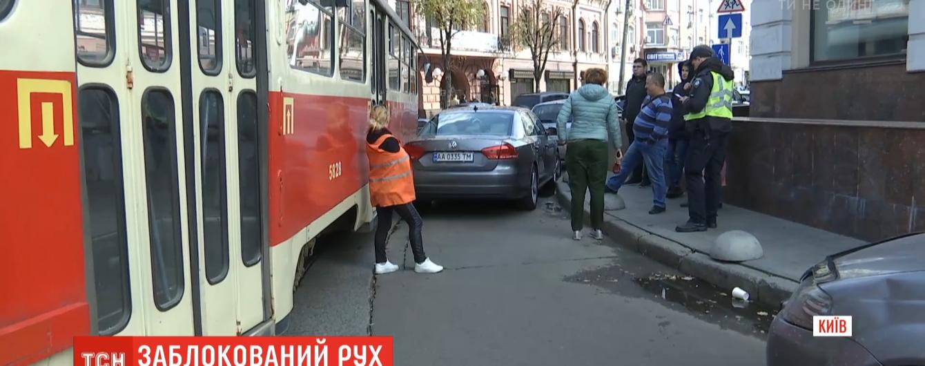 Жінка паралізувала столичний Поділ, залишивши автомобіль на трамвайних коліях