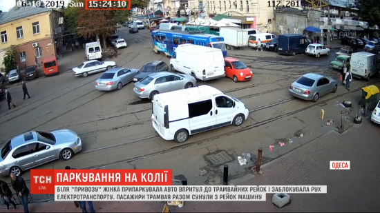 Одеситка, яка прославилася на всю Україну через паркування на колії, перепросила за незручності
