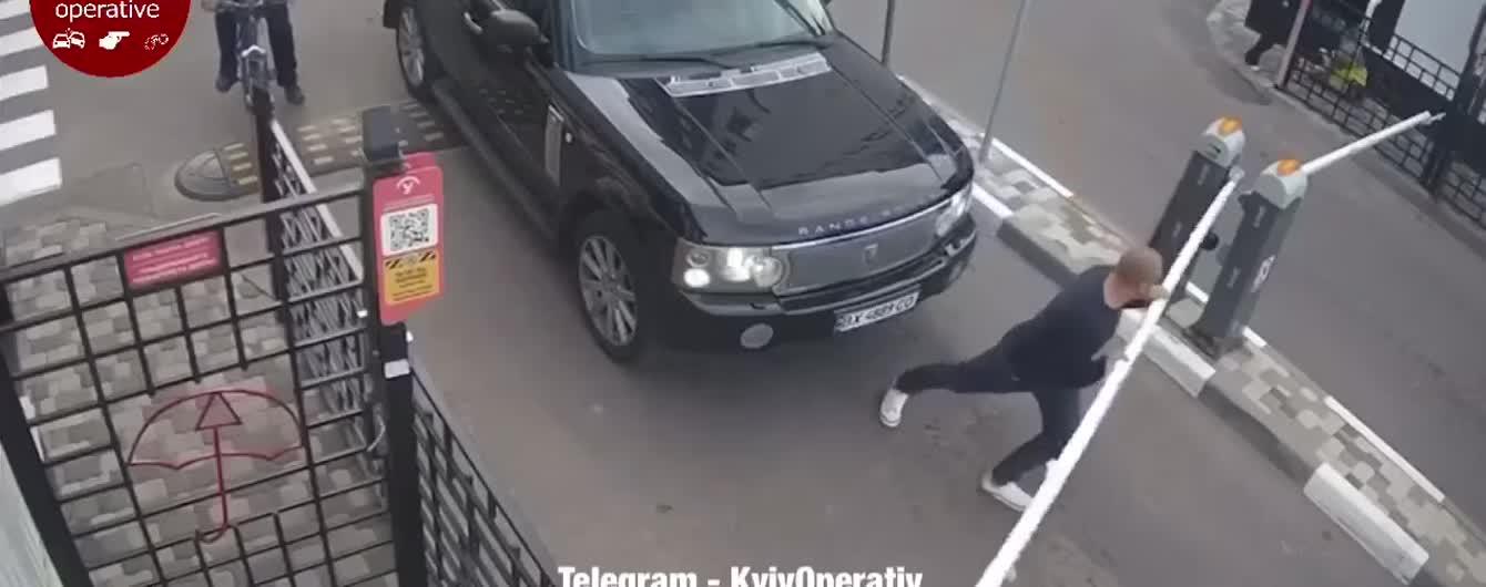 Неадекватный водитель Range Rover руками сломал шлагбаум в Киеве. Видео