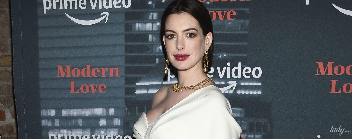 У білому костюмі з глибоким декольте: вагітна Енн Гетевей на прем'єрі серіалу