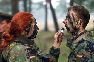 Немецкого солдата уволили за нежелание пожать руку женщине