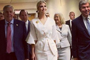 В белом платье-халате и с макияжем смоки-айс: Иванка Трамп в детском саду