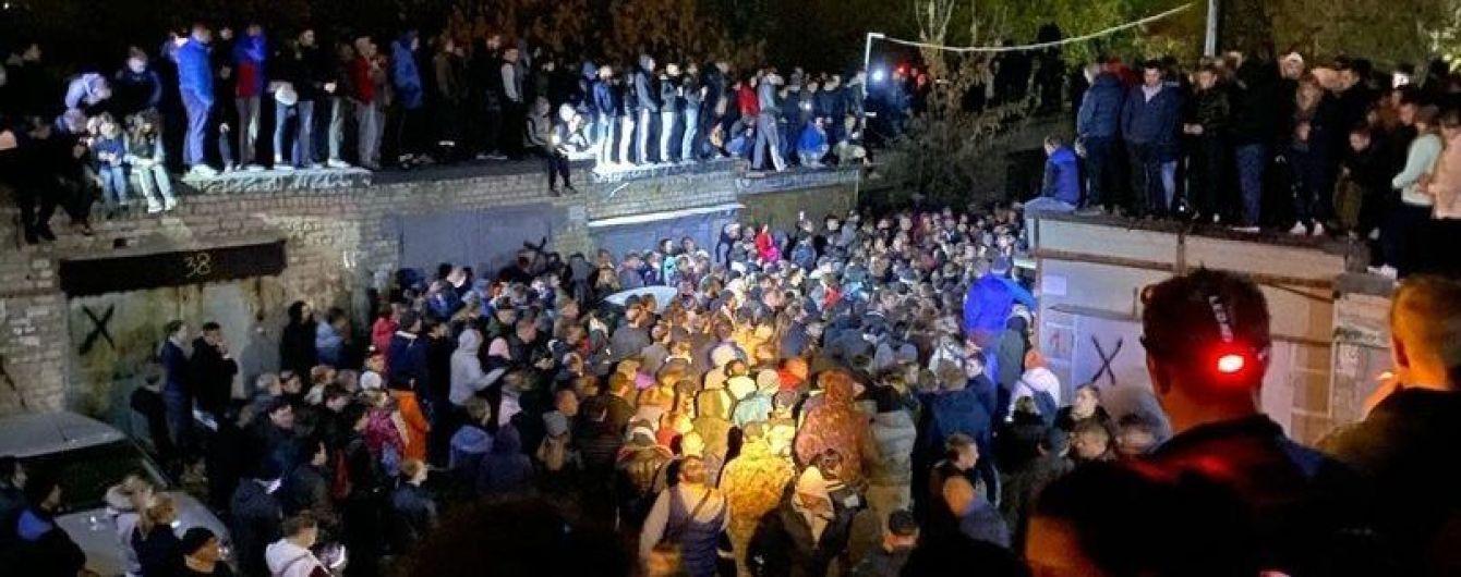 """Саратов """"взорвался"""" из-за резонансного убийства 9-летней девочки: разъяренные люди штурмовали полицию и хотели совершить самосуд над подозреваемым"""