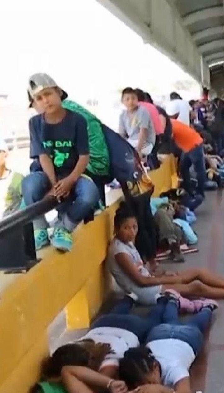 Табір посеред мосту: мігранти розбили наметове містечко на кордоні Мексики та США