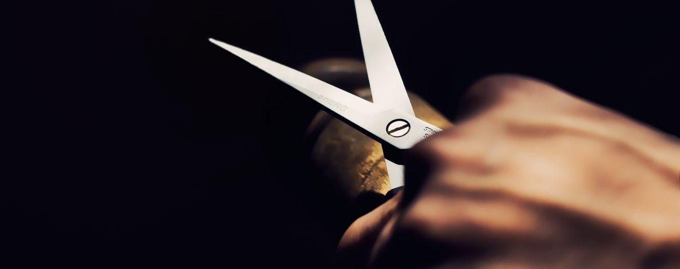 У Торецьку слюсар порізав ножицями продавчиню через політику. Вона захлинулась своєю кров'ю