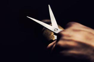 В Торецке слесарь порезал ножницами продавщицу из-за политики. Она захлебнулась своей кровью