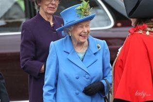 Яркая и веселая: королева Елизавета II вернулась после каникул в Лондон