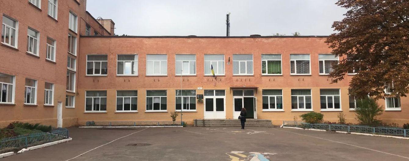 В Чернигове неизвестные распылили газ в школе: учебное заведение эвакуировали