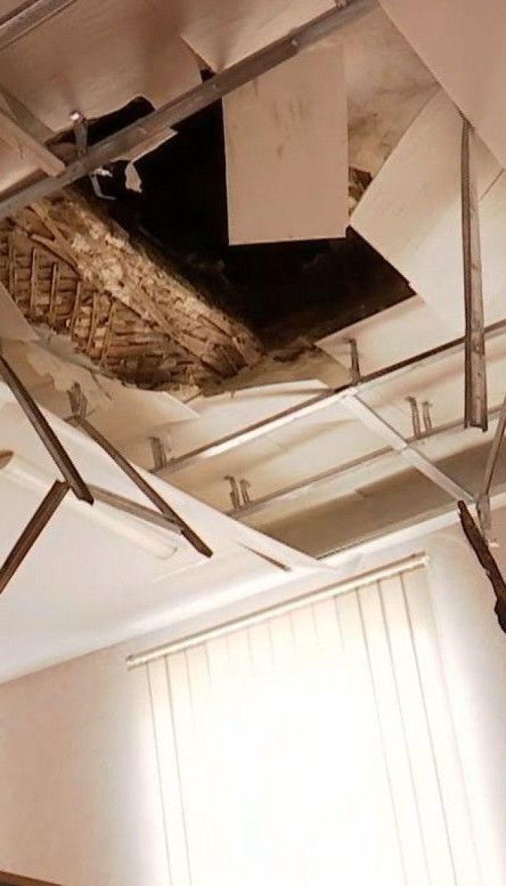 Потолок на полу: в одной из харьковских школ произошел обвал