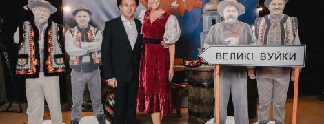 """Звезды на премьере """"Великих Вуйок"""": Осадчая в красном платье, Кухар в черном мини, Мейхер с декольте"""