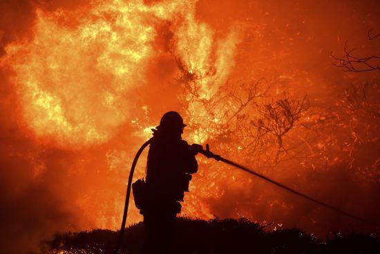 На нафтосховищі у США палають два резерви з пальним