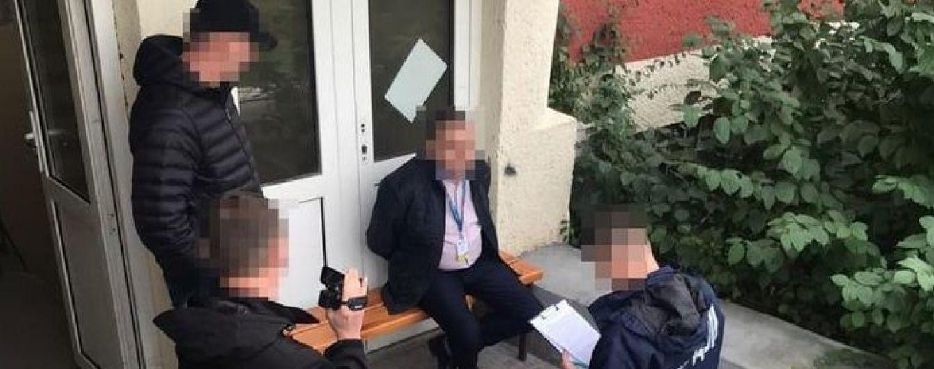 На Закарпатті затримали посадовця, який за $400 видавав громадянам країн ЄС посвідки на перебування в Україні