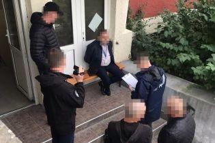 На Закарпатье задержали чиновника, который за $400 выдавал гражданам стран ЕС вид на жительство в Украине