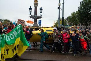 130 участников акции в защиту климата арестовали в Амстердаме