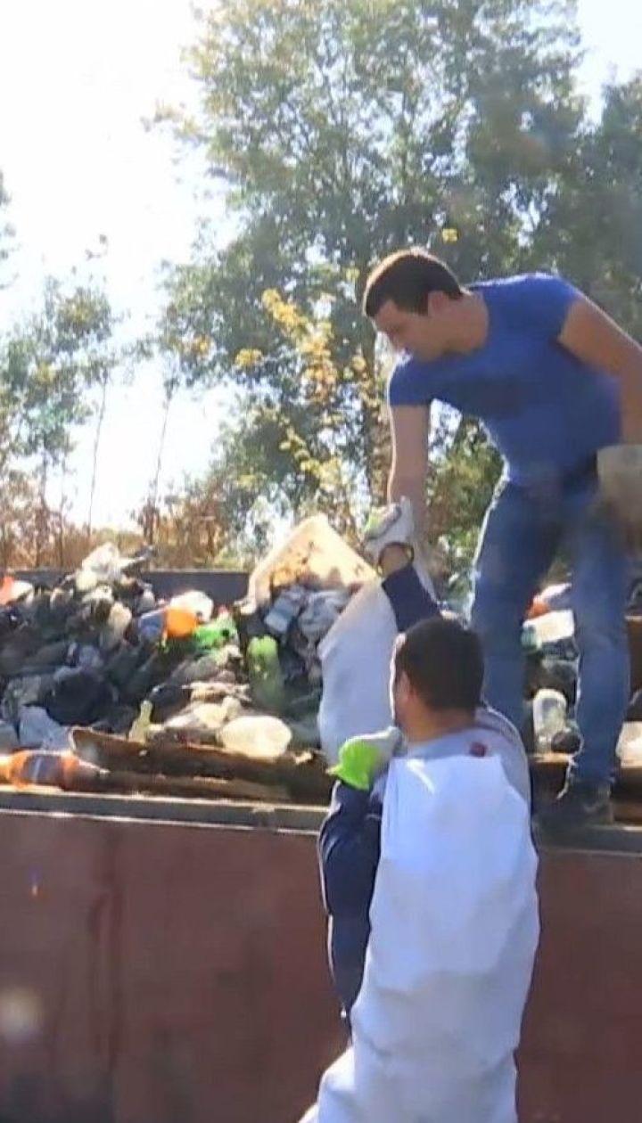 30 тонн мусора за пол дня собрали активисты с берегов Днестра в Одесской области
