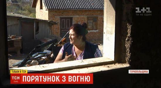 Героїчна сусідка: на Тернопільщині жінка витягла трьох дітей із охопленої вогнем хати