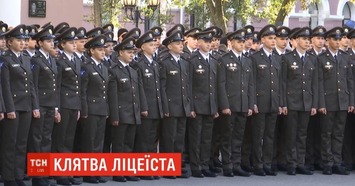 В военном лицее Богуна впервые привели к присяге девушек