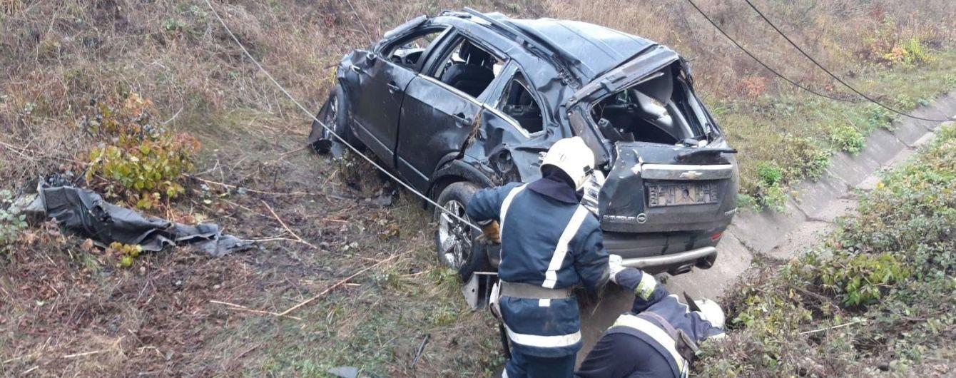 В Кировоградской области авто слетело с моста под колеса скорого поезда. Водитель погиб