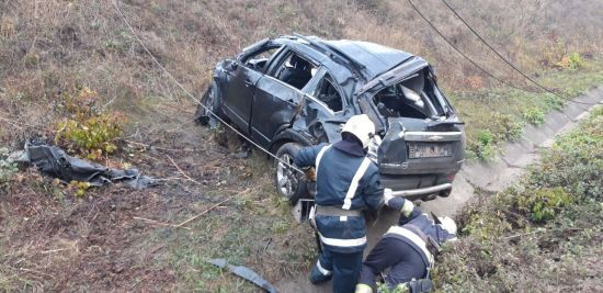 На Кіровоградщині авто злетіло з мосту під колеса швидкого поїзда. Водій загинув