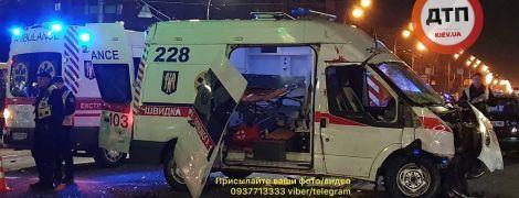 """В Киеве карета """"скорой"""" с ребенком в салоне влетела в авто. Есть погибшие и пострадавшие"""