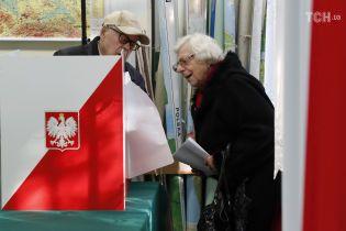 На парламентских выборах в Польше с большим отрывом победила действующая партия Качиньского – данные экзит-поллов